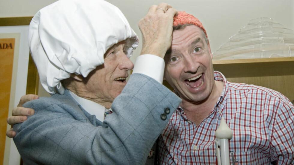 HATTEBYTTE: Olav Thon og Ryanair-sjef Michael O`Leary byttet hodeplagg under pressekonferansen på Thon Hotel Opera i dag.  Foto: Bjørn Sigurdsøn / Scanpix