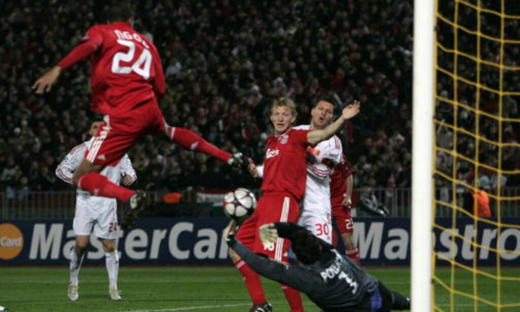 TIL LITEN NYTTE: David N'Gog ble matchvinner da han lurte ballen i mål etter fire minutter. Men målet holder bare til Europa League for Liverpool. Foto: REUTERS/Karoly Arvay