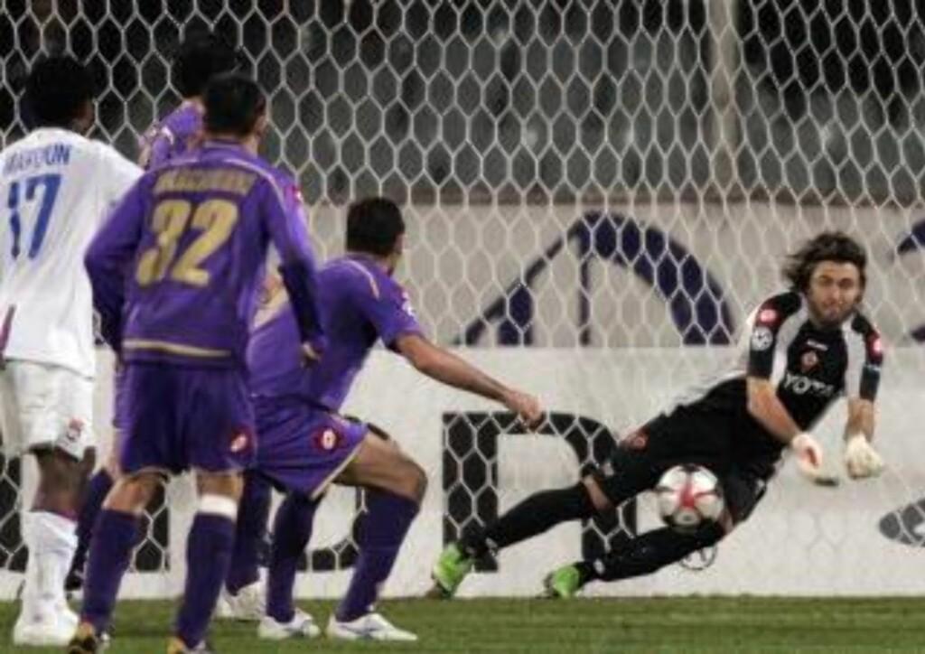 FIKK IKKE HJELP FRA LYON: Men Fiorentina levde farlig på slutten, og keeper Sebastian Frey måtte i aksjon flere ganger. Foto: AP Photo/Lorenzo Galassi