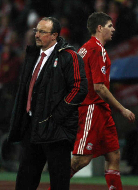 TUNG KVELD: Rafael Benitez ser ut i luften mens Gerrard passerer bak ham like etter sluttsignalet i Ungarn. Noen minutter senere var Liverpool ute av Mesterligaen. Foto: REUTERS/Laszlo Balogh
