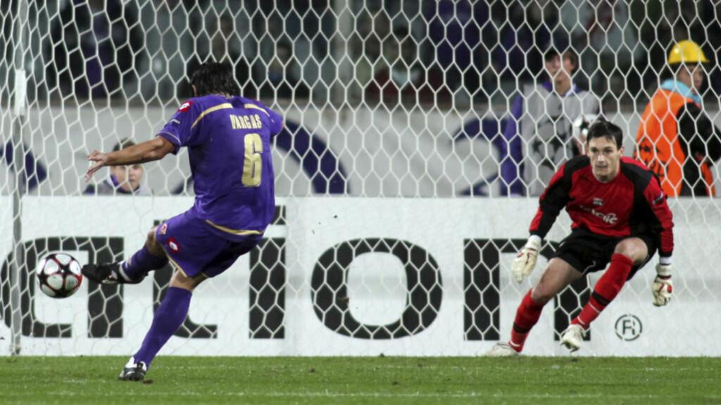 GJORDE JOBBEN: Her scorer Juan Vargas på straffe for Fiorentina. Målet holdt til å slå Lyon 1-0, og dermed sende Liverpool ut av Mesterligaen. Foto: REUTERS/Marco Bucco