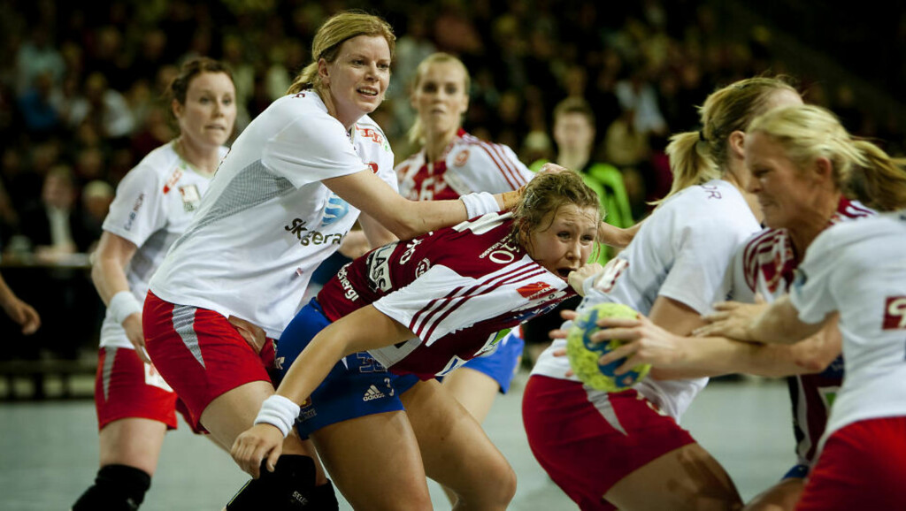 TØFFE TAK: Det gikk hardt for seg da Larvik spilte uavgjort 28-28 mot Byåsen i går kveld. Tøft blir det også i VM, for Tonje Larsen og et sårt kne.