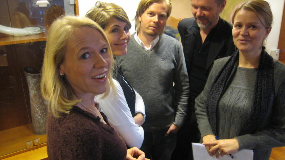 LYTTET TIL BRANSJEN: Kulturminister Anniken Huitfeldt møtte i dag musikk-, bok- og filmbransjen. Fra venstre: Kari Bremnes (NOPA). Sveinung Golimo (Produsentforeningen), Bjarne Buset (Gyldendal) og Marte Thorsby (IFPI). Foto: Eivind Kristensen
