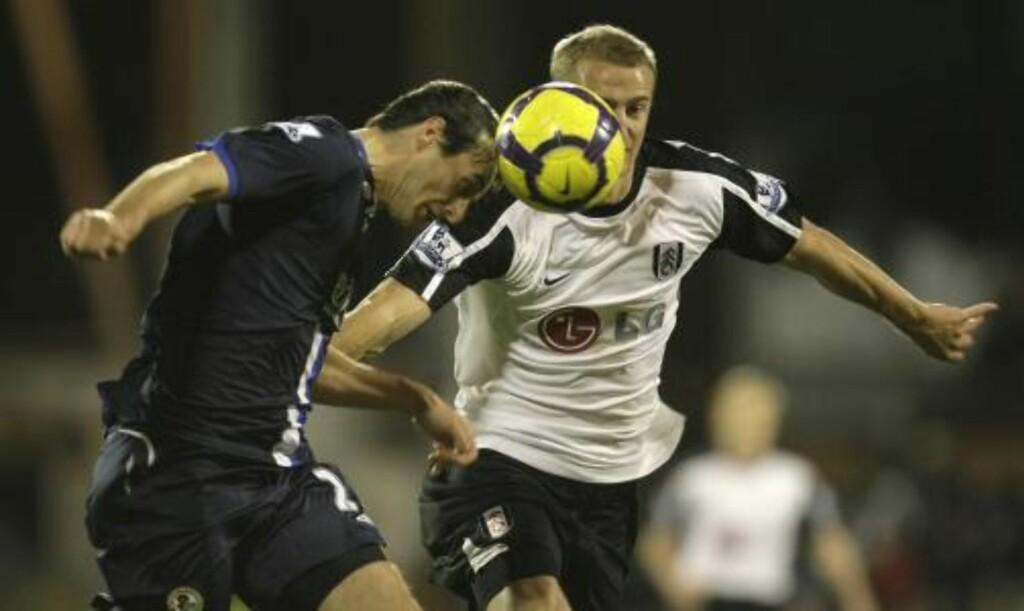 HJEMMESEIER: Brede Hangeland har ikke skrevet ny kontrakt med Fulham, men det har vært møter. Foto: AP/Alastair Grant