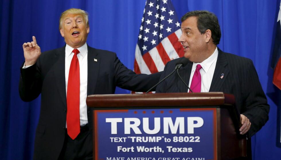 SPARKET: Her står Donald Trump sammen med med mannen han sparket forrige fredag, Chris Christie. Nå spekuleres det på om Trumps svigersønn hadde en finger med i spillet. Foto: Mike Stone / Reuters / NTB Scanpix