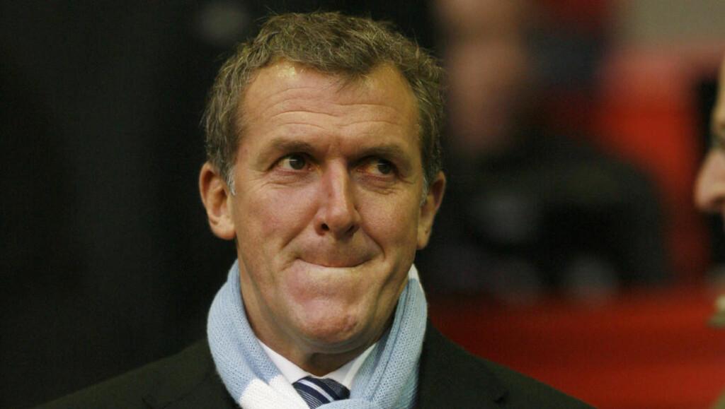 I SALATEN: Manchester City-styreformann Garry Cook ble buet ut av egne fans da han klarte å introdusere Uwe Rösler til Manchester Uniteds Hall of Fame i går.Foto: SCANPIX/AFP/IAN KINGSTON