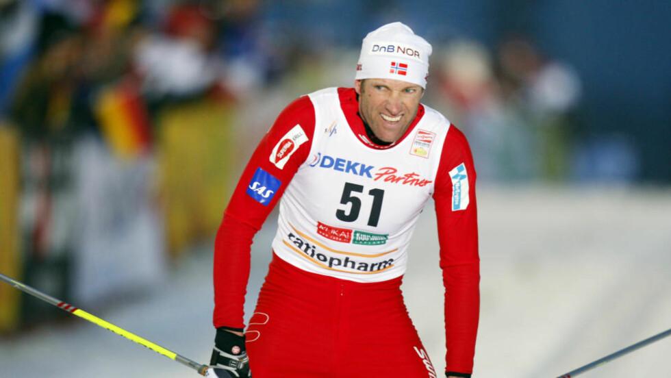TAKLET I HOCKEY: Begrepet «hockeytakling» fikk en ny mening i dag. Odd-Bjørn Hjelmeset satt i hockey i en utforkjøring da en sveitsisk smører forvillet seg ut i sporet og kroppstaklet ham.  Foto: Heiko Junge, Scanpix