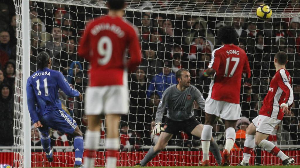 STYRING: Arsenal-målvakt kunne bare se Chelseas Didier Drogba styre ballen forbi seg, via tverrligger og stolpe, til 1-0 til bortelaget.Foto: SCANPIX/REUTERS/Eddie Keogh