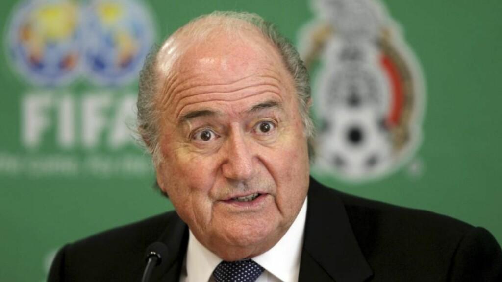 MENNESKELIG Å JUKSE: FIFA president Sepp Blatter åpner for flere dommere til sommerens VM. - Spillerne mangler disiplin og respekt for spillet fordi de prøver seg på juks. Det er menneskelig å utnytte situasjonen, men det må vi kjempe imot, sier han.  Fote: Daniel Aguilar/Scanpix