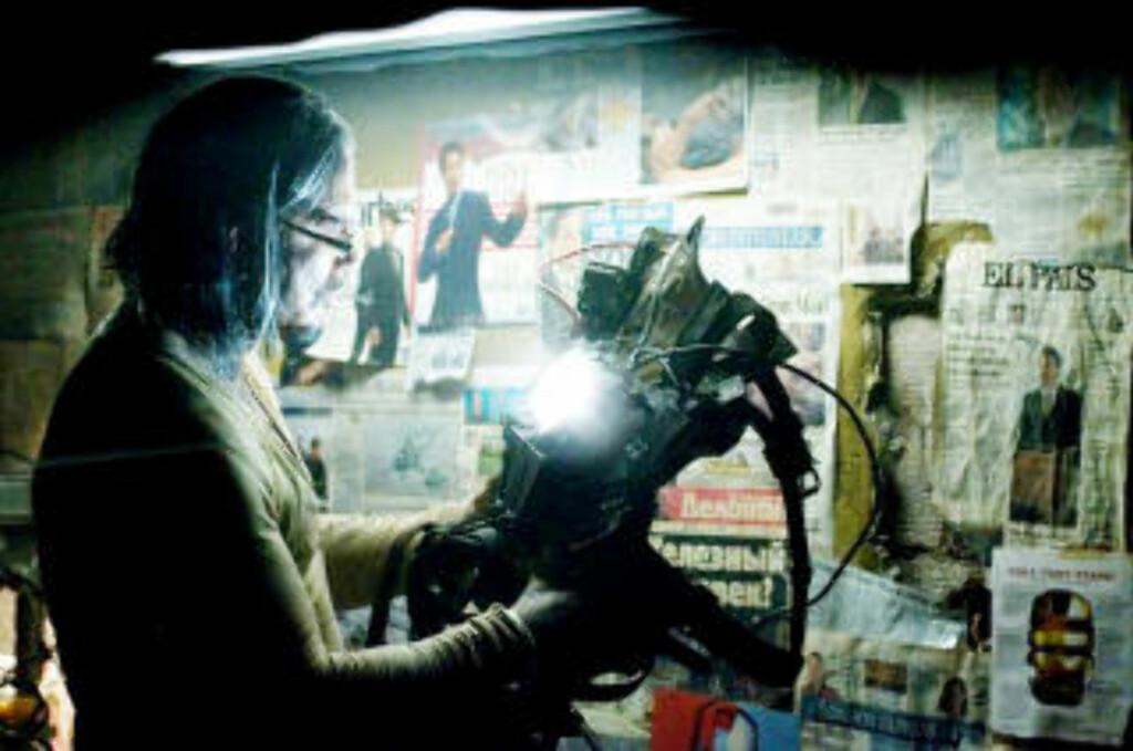 OPPTATT: Mickey Rourke/Ivan Vanko finpusser på sin drakt. FOTO: MARVEL