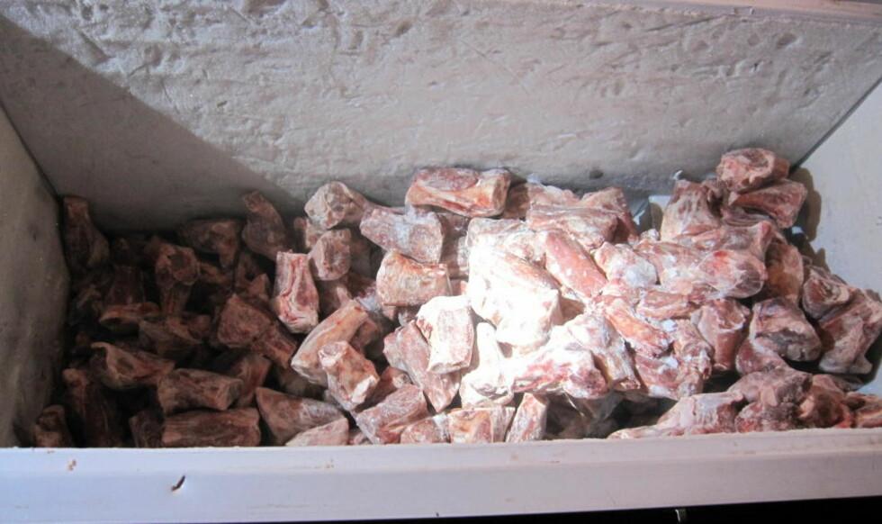 UMERKET KJØTT: Disse kjøttbitene ble funnet uinnpakket og umerket i en frys på et serveringssted på Grønland i Oslo. Dette bildet ble tatt på en av inspeksjonene tidligere i år. Foto: Mattilsynet