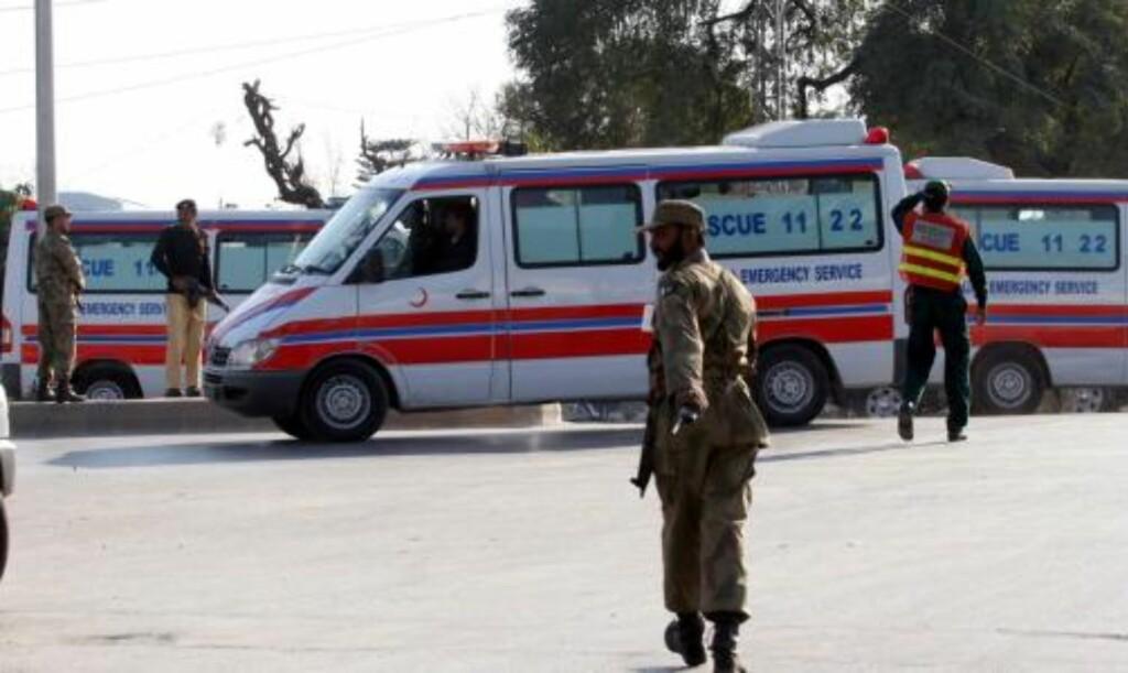 MASSAKRE: Hæroffiserer sikrer området etter angrepet mot en moské i Rawalpindi, Pakistan. Foto: Scanpix
