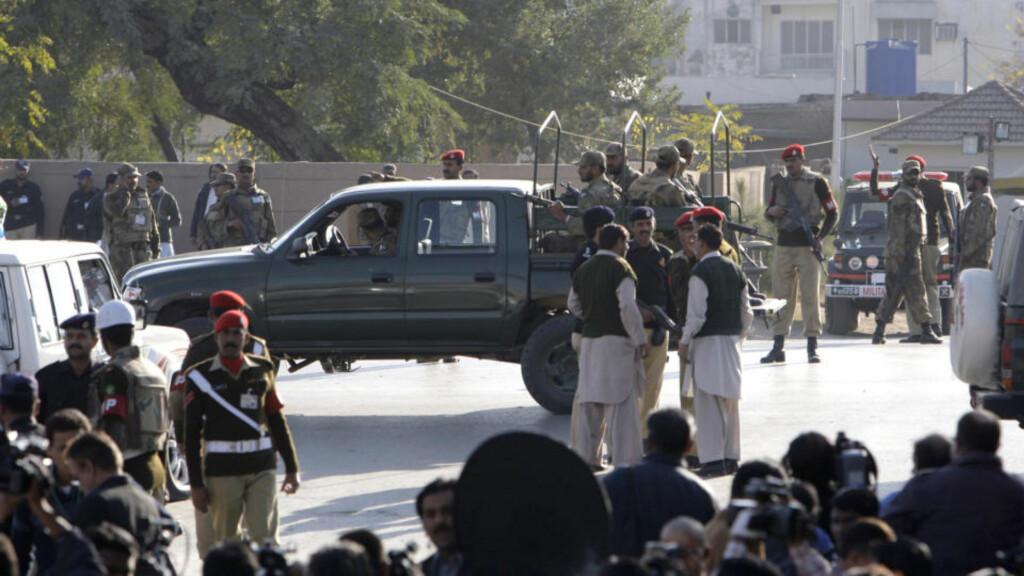 STENGES AV: Soldater stenger av området etter selvmordsangrepet mot en moske i Parade Lane i Rawalpindi, nær den pakistanske hærens hovedkvarter. Foto: Vincent Thian