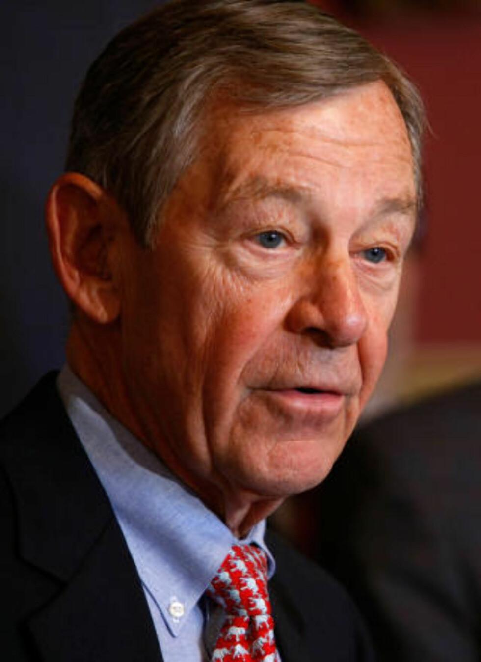 PÅ GJERDET:  Senator George Voinovich fra Ohio har ikke bestemt seg for hva han vil stemme om klimaloven. Foto: AFP/ SCANPIX.