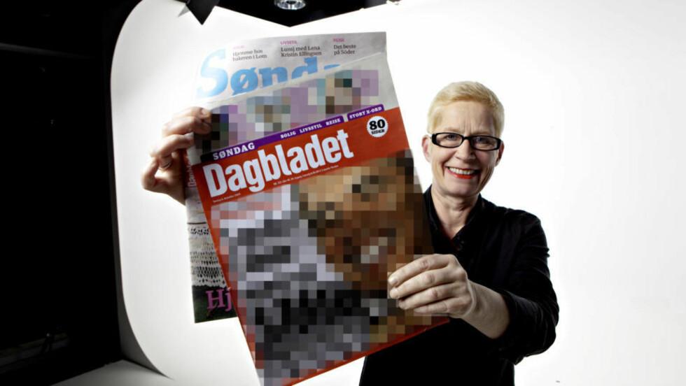 STOLT: Men er det med rette? Sjefredaktør Anne Aasheim viser fram den nye søndagsavisa, og svarer klokka 18 på det du lurer på. Hva forsideoppslaget virkelig ble ser du nedenfor - og i aviskiosken, da. Foto: Lars Eivind Bones / Dagbladet