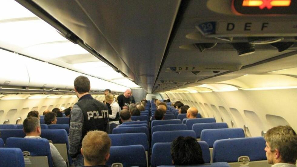 SIKKERHET: 66 politifolk eskorterte de 30 irakerne ut av landet, på flyet Politiets utlendingsenhet chartret for 800 000 kroner. Ifølge politiet gikk turen for seg uten problemer. FOTO: POLITIETS UTLENDINGSENHET