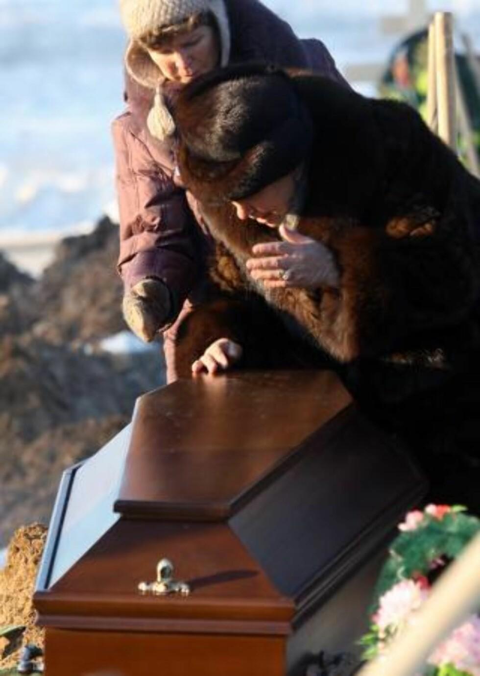BEGRAVELSE: 17 personer ble i dag gravlagt i Perm etter branntragedien. Foto: EPA/SERGEI ILNITSKY/Scanpix
