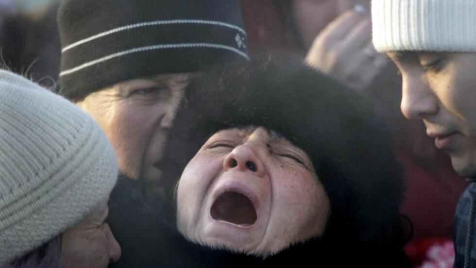 SØRGER: En mor gråter etter å ha mistet sin datter i en nattklubb-brannen i Perm i Russland. Foto: AP Photo/Mikhail Metzel/Scanpix