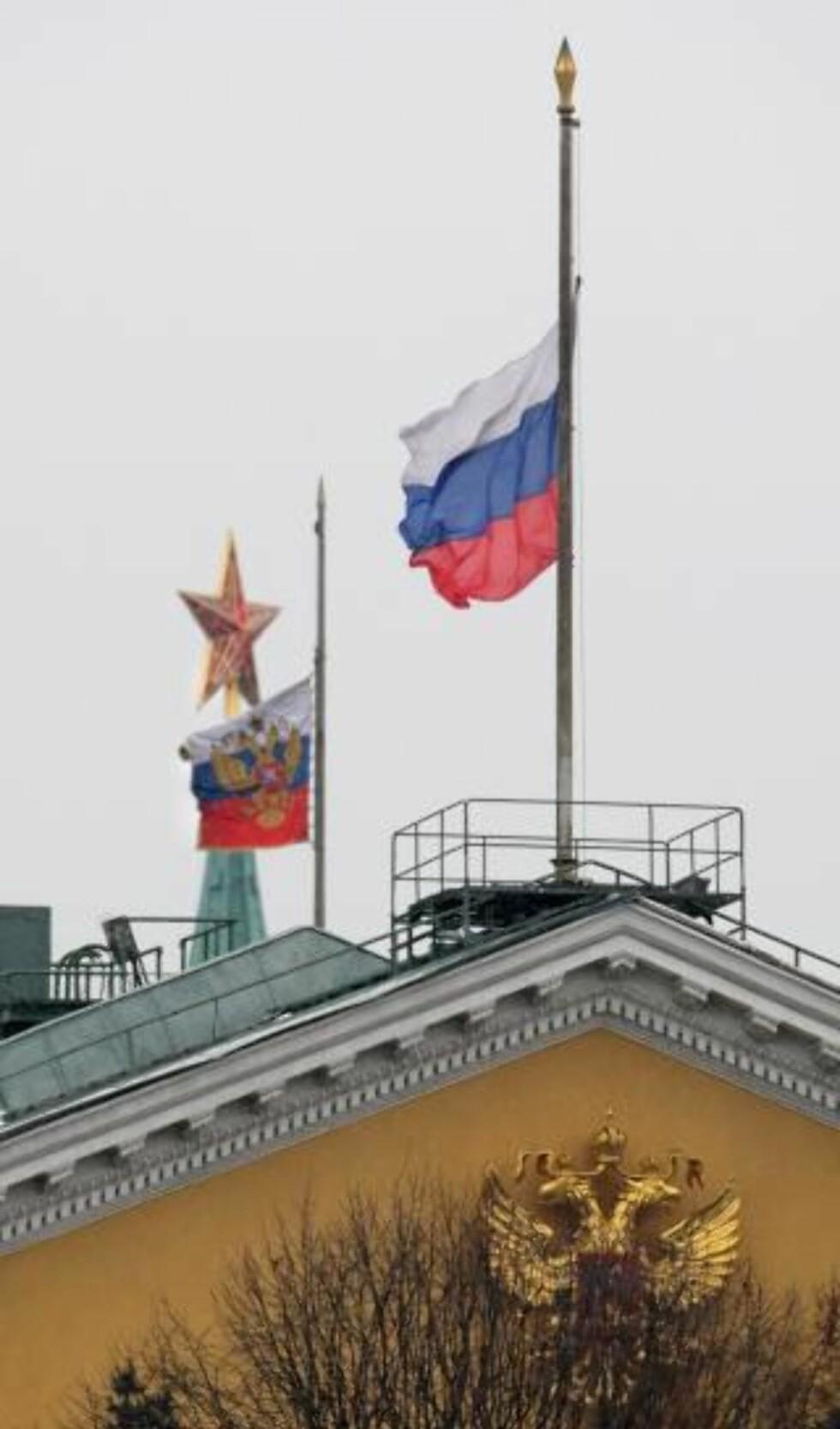 LANDESORG: Flaggene over Kremlin sto i dag på halv stang. Medvedev erklærte mandag som nasjonal sørgedag. Foto: EPA/YURI KOCHETKOV/Scanpix