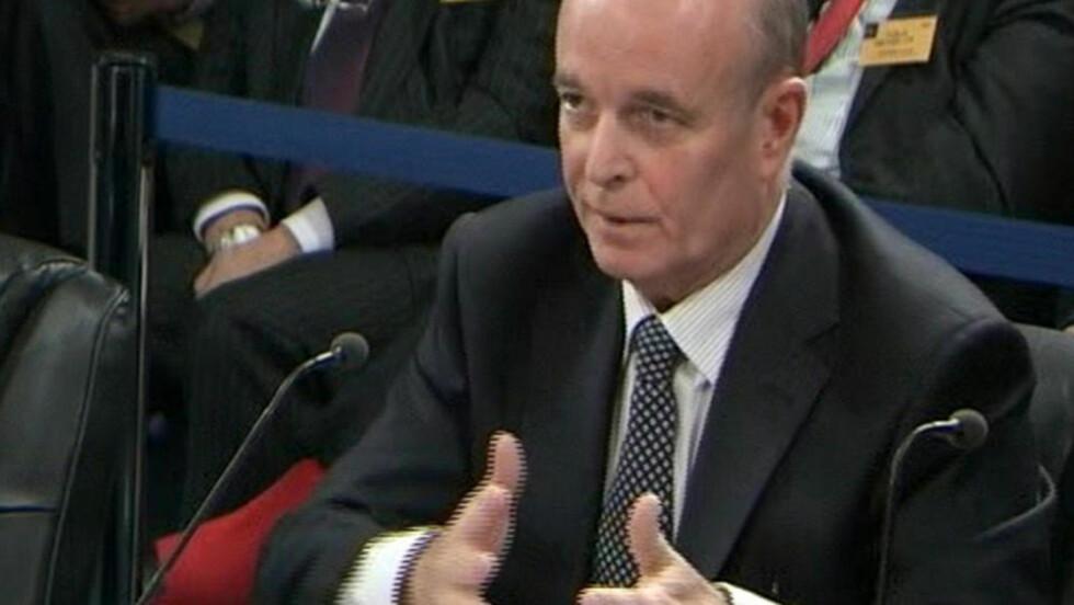 FORKLARTE SEG: Sir John Scarlett fortalte sin versjon av forberedelsene til Irak-invasjonen i går. Han styrket ikke Tony Blairs sak. Blair selv skal vitne etter nyttår. Foto: REUTERS/UKBP/Scanpix