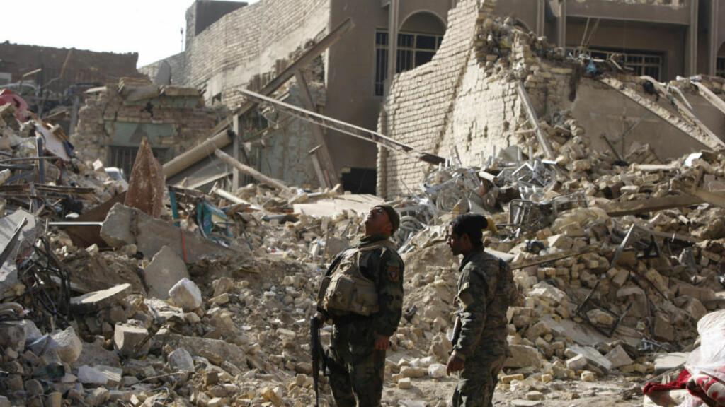 127 DREPT: En irakisk soldat vokter åstedet der en av tirsdagens bomber i Bagdad gikk av. Onsdag fikk sjefen for byens sikkerhetsstyrker sparken. Minst 127 mennesker ble drept i angrepene. Foto: REUTERS/SCANPIX