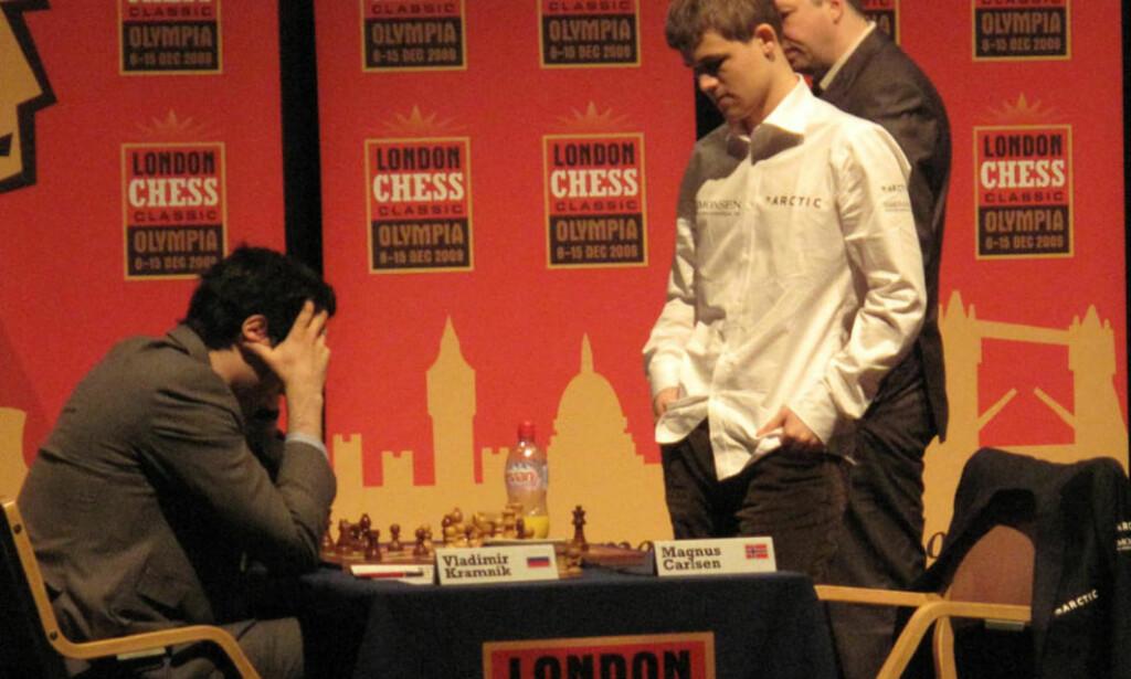 INGEN VED SIDEN: Etter to seire på to dager leder Magnus Carlsen London Chess Classic. Enda viktigere er det at han bare er 2,5 poeng fra å bli nummer én på verdensrankingen. Her fra partiet i går da han slo Vladimir Kramnik. Foto: Chessdom