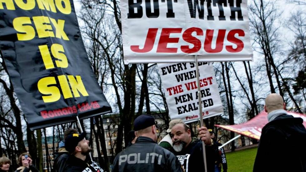 MÅ PAKKE SAMMEN: De kristne demonstrantene utenfor Rådhuset fikk beskjed fra politiet om å pakke sammen plakatene sine. Foto: Krister Sørbø