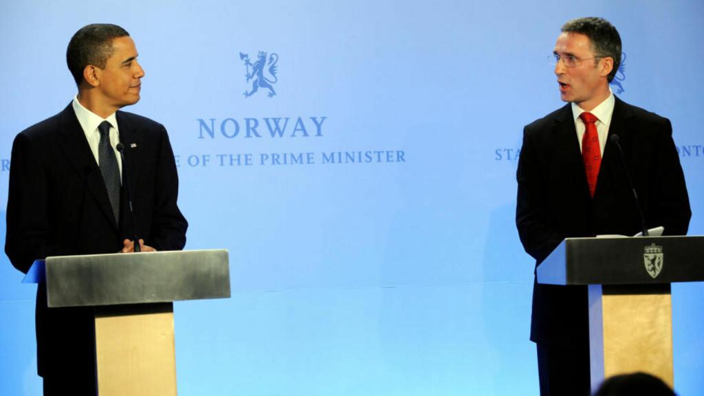 GA LØFTE: Stoltenberg med løfte til Obama i dag. Foto: AFP PHOTO/Jewel SAMAD/Scanpix