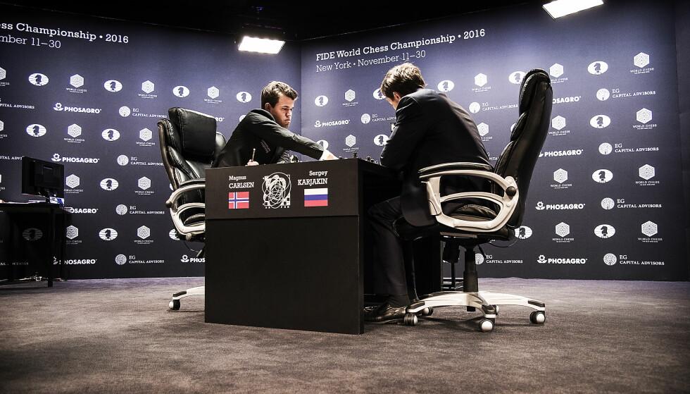 KJEMPER OM VM-TITTELEN: Magnus Carlsen og Sergej Karjakin under det tredje partiet i New York. Foto: Hans Arne Vedlog  / Dagbladet