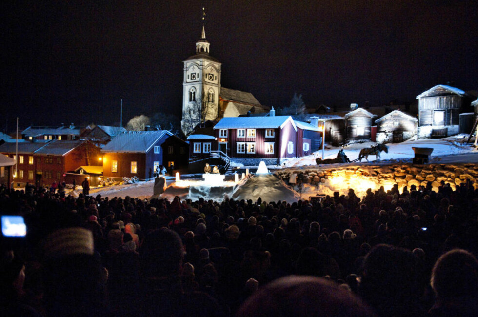 VINTERIDYLL: Den spesielle utegudstjenesten i Norges kanskje mest julete by ble enda mer stemnigsfull enn prestene hadde håpet på. Foto: THOMAS RASMUS SKAUG