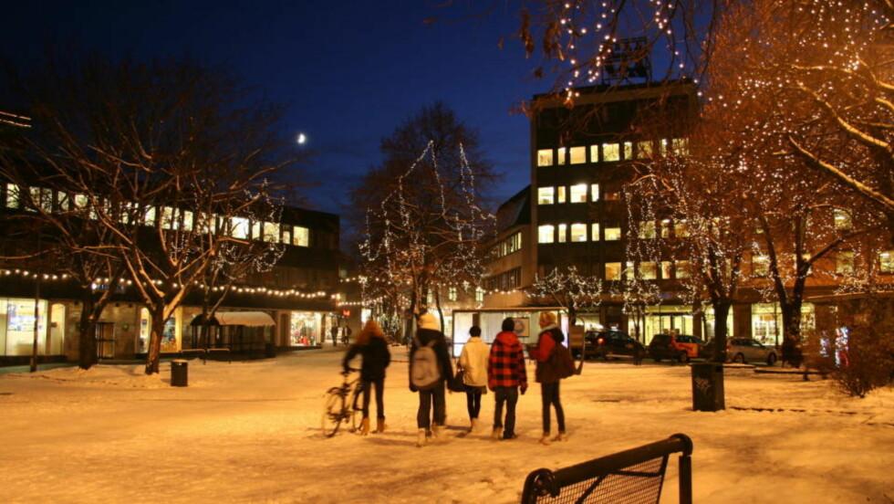 MØRKLAGT: Store områder i Tønsberg ble mørklagt natt til søndag. Kraftselskapet glemte den siste uka i året. Her er julebelysning på Farmandtorget i Tønsberg i fjor - med strøm. Foto: Kirsten M. Buzzi/Dagbladet