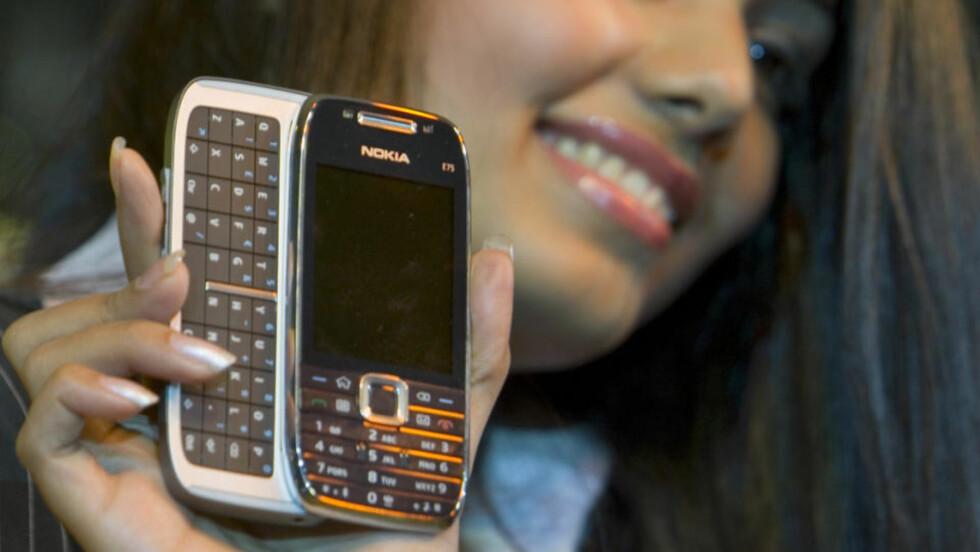 ALT I ETT: Nokia E75. Foto: AP Photo/Gurinder Osan.