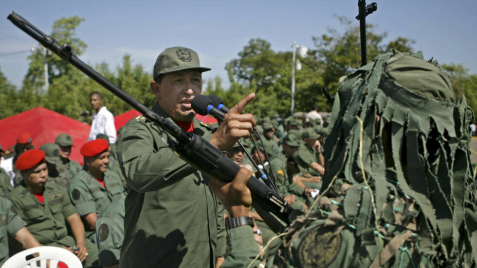 STØTTER IRAN: Venezuelas president Hugo Chávez velger å støtte regimet i Iran framfor opposisjonen, som han mener er et verktøy for USA. Her er han fotografert under en tale han holdt i en militærleir i Venezuela mandag. Foto: REUTERS/SCANPIX