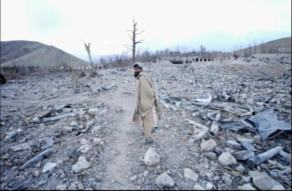 KRIGEN I AFGHANISTAN: En Afghaner vandrer i 2001 gjennom restene av et utbombet amunisjonsdepot utenfor Kabul. Foto: JON TERJE HELLGREN HANSEN
