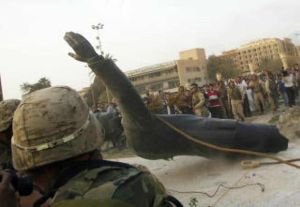 KRIGEN I IRAK: Statuen av Saddam Hussein blir revet ned 9. april 2003. Foto: SCANPIX