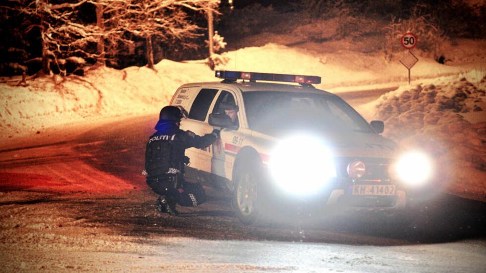 JAKTER: En bevæpnet politipatrulje søker etter bildesperadoene ved Skotselv. Foto: Anders Evjen