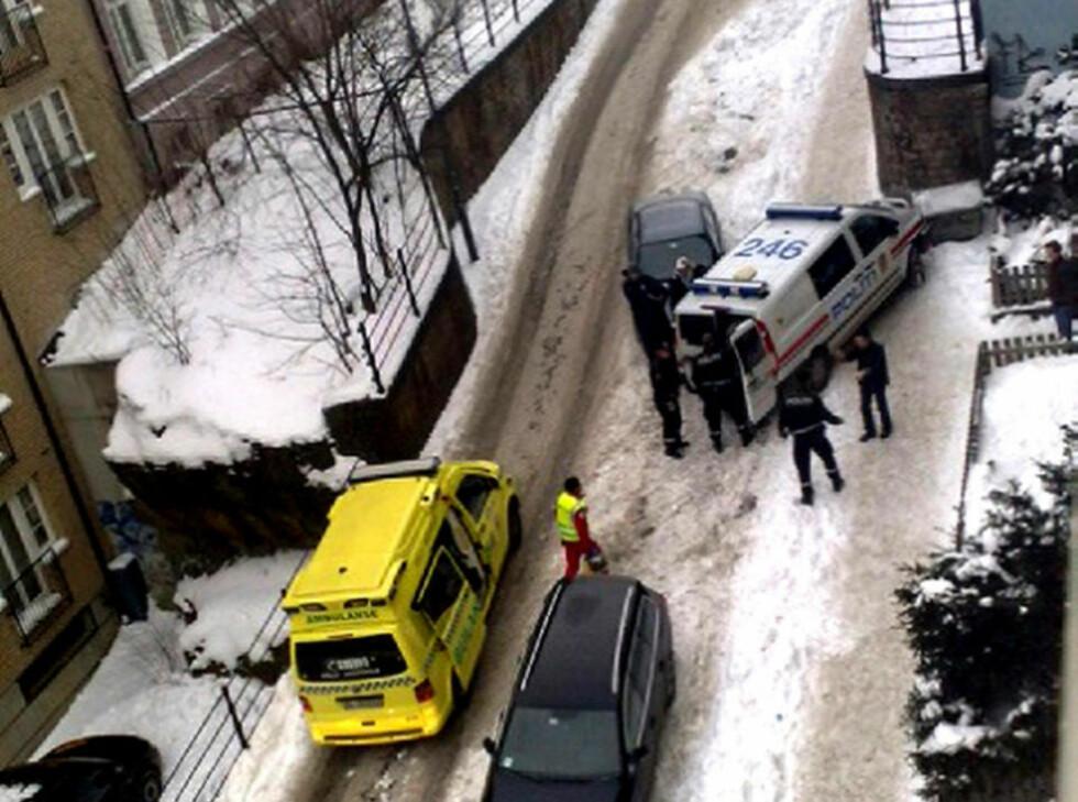 DRAMATISK: Ambulansepersonellet følte seg truet av pårørende utenfor oppgangen. Derfor ble politiet tilkalt. Foto: Siril K. Herseth