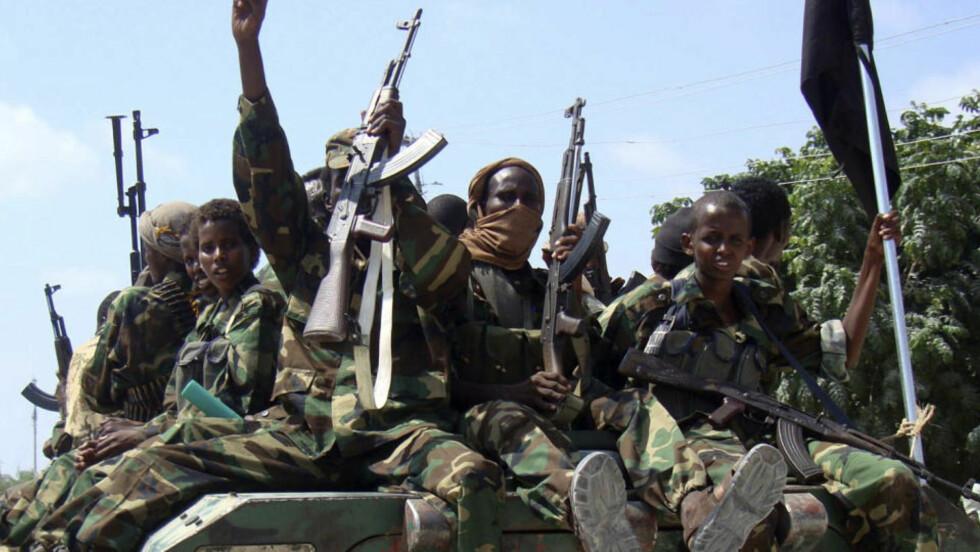 BLODIGE KAMPER: Medlemmer av al-Shabaab-militsen har tatt byen Dhusamareb i Somalia. Her er medlemmer av militsen i Mogadishu 1. januar. Foto: REUTERS/Feisal Omar