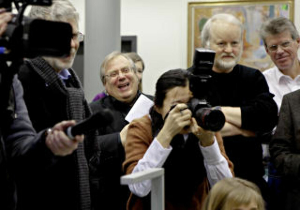 STOR INTERESSE: Det var god interesse fra norske medier da Hamsun-ekspertene Ingar Sletten Kolloen (t.v.) og Lars Frode Larsen var med på å åpne Hamsun-brevene. Foto: Lars Eivind Bones / Dagbladet