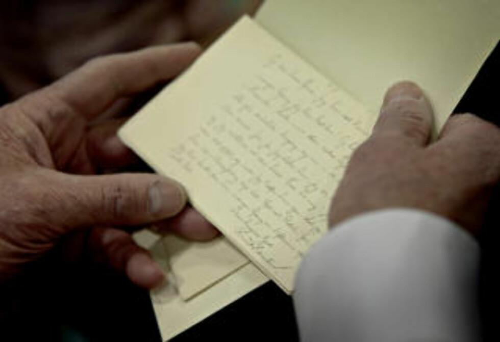 FLERE BREV: Pakken inneholdt et titalls brev, fra både Knut Hamsun og Lulli Lous. Foto: Lars Eivind Bones / Dagbladet
