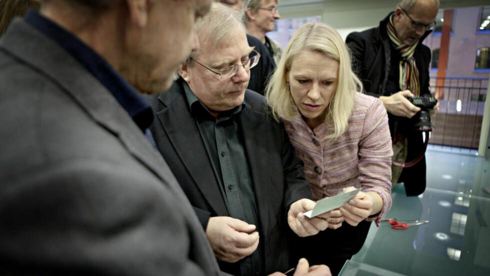 FANT TELEGRAM: Kulturminister Anniken Huitfeldt var den første til å oppdage et telegram fra Knut Hamsun med hittil ukjent informasjon, da en pakke brev ble åpnet på Nasjonalbiblioteket i dag formiddag. Foto: Lars Eivind Bones / Dagbladet