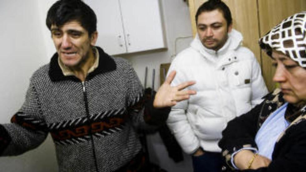 MISTET MOREN: Svigersønn Fedai Ucarli, sønn Kutluay Tulum og datter Canan Ucarli til den avdøde kvinnen sier de aldri drapstruet politi- og ambulansepersonell. De forteller at de ringte ambulanse tre ganger, men at det var politiet som kom. Da ble de lagt i bakken, forteller de pårørende. Familien er opprinnelig fra Tyrkia. Foto: HÅKON EIKESDAL