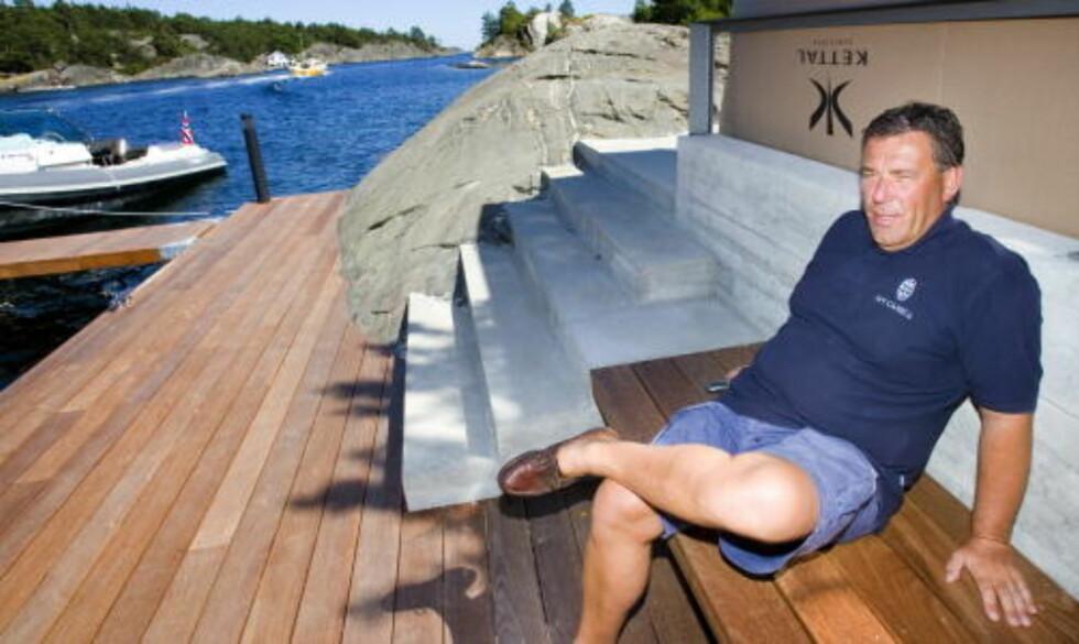 HAGEN-HYTTE:  Stein Erik Hagen foran hytta i Kragerø - ikke behov for varmepumpe da bildet ble tatt sommeren 2006. FOTO: TORBJØRN BERG.