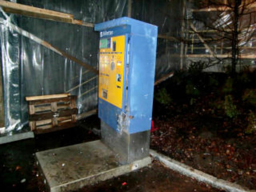 PLYNDRET: Denne automaten ble stående etter at banden tømte den for penger. Foto: Securitas.