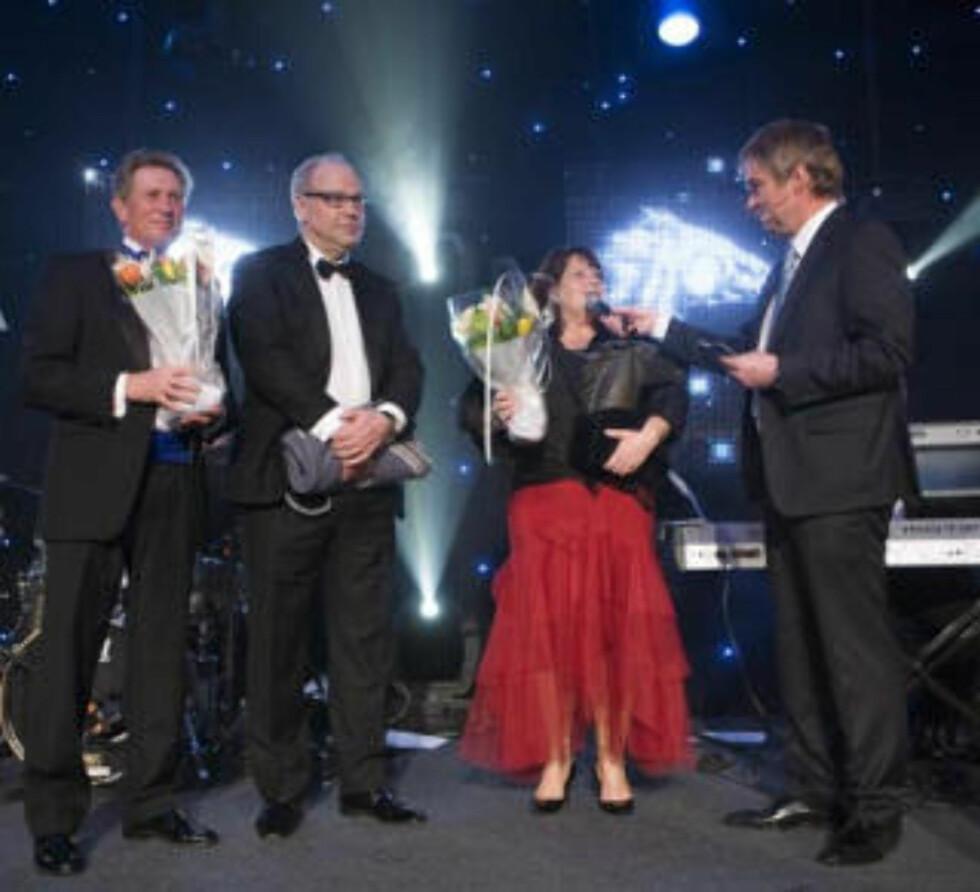FJORÅRSVINNER: Appel au Maitre ble kåret til Årets hest under Hestegalla 2009. Her mottar trener Wido Neuroth (f.v.) og eierne Magne og Bente Jordanger prisen på fjorårets galla.