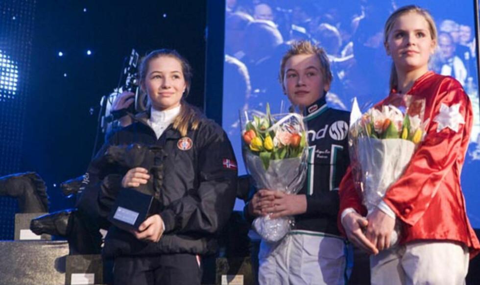 HESTESPORTENS FESTAFTEN: Unge utøvere fra trav-, galopp- og ryttersporten deler ut blomster til vinnerne under Hestegalla 2009.