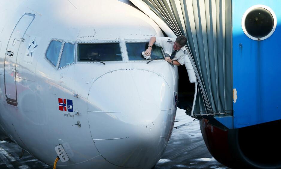 IKKE UTHVILT: Et urovekkende høyt antall norske piloter og kabinpersonale sier de føler at de ikke får nok hvile mellom arbeidsøktene. Norsk Pilotforening mener funnene er alarmerende. Foto: NTB Scanpix