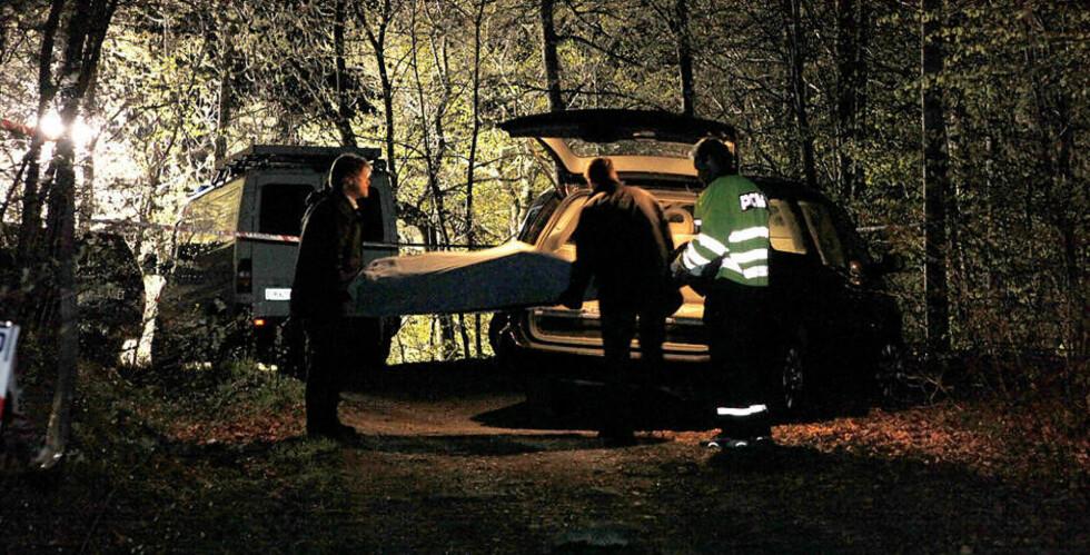 FRAKTET UT AV SKOGEN: I 02.30-tida ble den døde mannen hentet ut av Bøkeskogen. Foto: PÅL TERJE STØTVIG