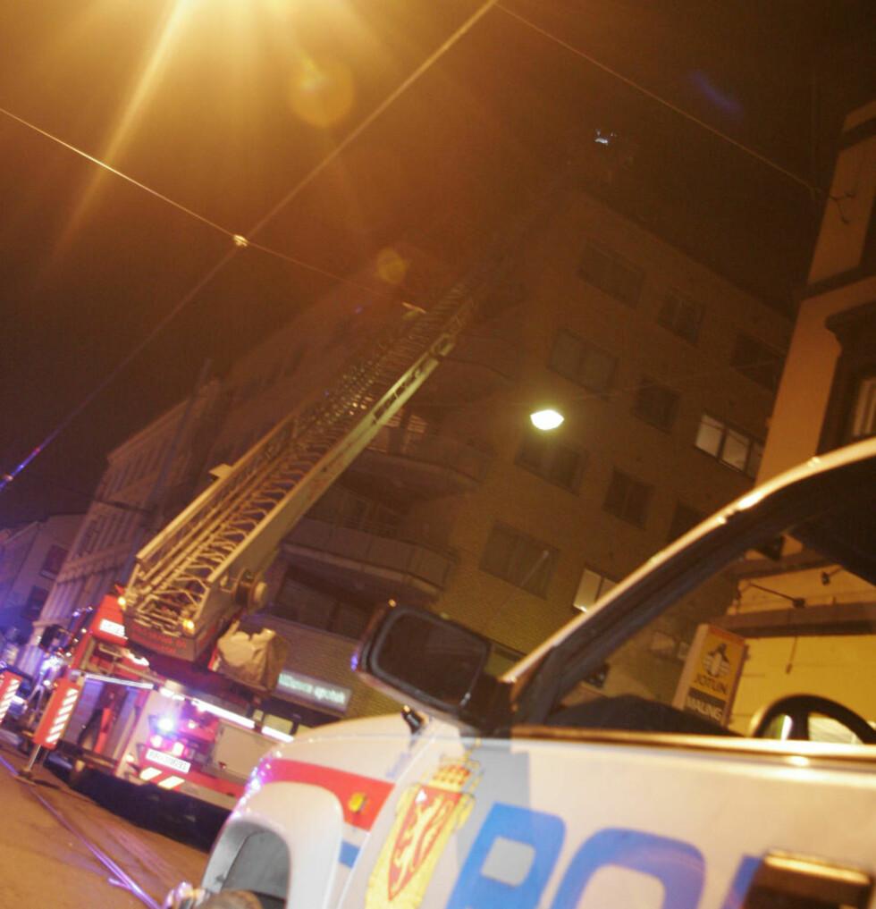 GRILLSESONG:  Det publikum fryktet var en brann i øverste etasje i bygården på Bislett, var en  treplatting på taket i fyr etter nærkontakt med en engangsgrill. Foto: FRANK EVENSEN.