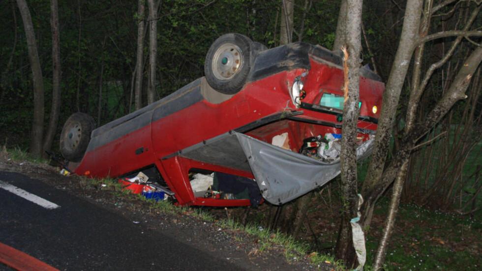 PÅ SYKEHUS:  En mann (40) er hardt skadet etter en utforkjøring i Buskerud. Vitner sier bilen holdt svært høy hastighet og var nær ved å frontkollidere. Foto: Ole Christian Nordby